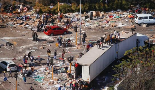 'Police' Caught Looting Goods as Deadly Riots in South Africa Enter Day 6 – Videos